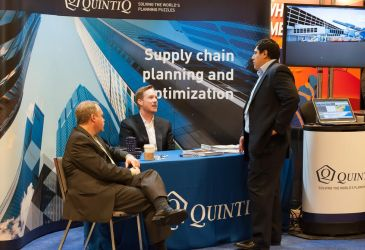 Quintiq speaks with a prospective client at the Click & Collect Show USA